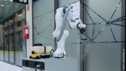 Image: Robot disinfecting doorknobs; Copyright: Fraunhofer Italia