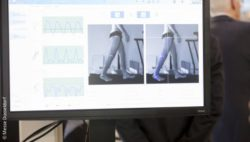 Image: Gait analysis is performed at a screen; Copyright: Messe Düsseldorf