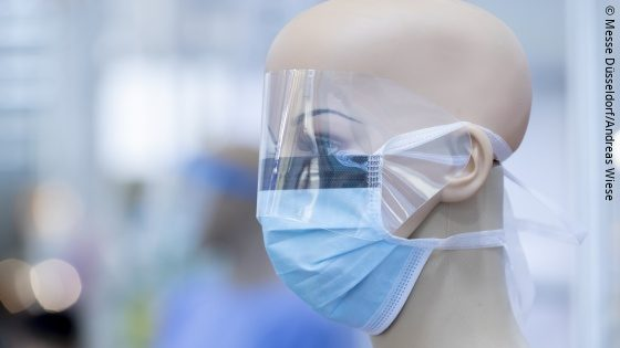 Image: Head of a mannequin with transparent face shield and surgical mask; Copyright: Messe Düsseldorf/Achim Wiese