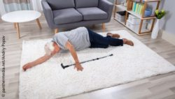 Image: elderly man with walking stick lying on the floor after a fall; Copyright: panthermedia.net/Andriy Popov