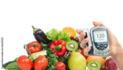 Image: heaps of vegetables, one hand holding a blood glucose meter; Copyright: panthermedia.net/dml5050