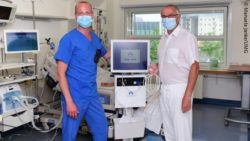 Image: Two physicians standing next to a medical device in a hospital room; Copyright: Manuela Janke/UMG