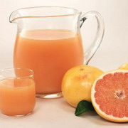 Foto: Carafe and glas with juice and grapefruits aside