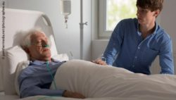 Image: An dying elderly man at a hospital; Copyright: panthermedia.net/photographee.eu
