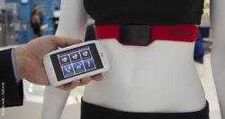 Image: Smartphone in front of a rag doll in sports clothes with measuring device; Copyright: beta-web/Schmitz