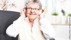 Image: Woman with dementia listens to music; Copyright: panthermedia.net / Robert Przybysz