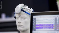 Image: Mannequin is wearing a device strapped on its forehead; Copyright: Messe Düsseldorf