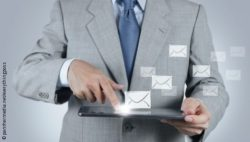 Image: Man with tablet, flying newsletter symbol; Copyright: panthermedia.net/everythingposs