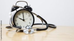 Image: Stethoscope wraps alarm clock on wooden table; Copyright: panthermedia.net / mattkusb