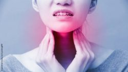 Image: A woman putting her hands on both sides of her throat, having pain; Copyright: panthermedia.net/ryanking999