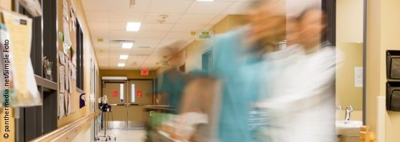 Image: Blurred image of hospital employees who run along a corridor; Copyright: panthermedia.net/SimpleFoto