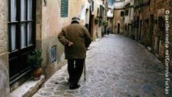 Image: An old man is walking on a tiny street, seen from behind; Copyright: panthermedia.net/Corinna Fuckas