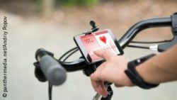Image: Smartphone displaying a biker's heartrate fixed to the handlebar; Copyright: panthermedia.net/Andriy Popov