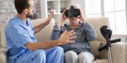 Image: Man sitting next to an older woman wearing vr glasses on a couch; Copyright: panthermedia.net/draoscondreaw