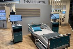 Photo: A hospital bed with bedside table and monitors; Copyright: beta-web/Schlüter