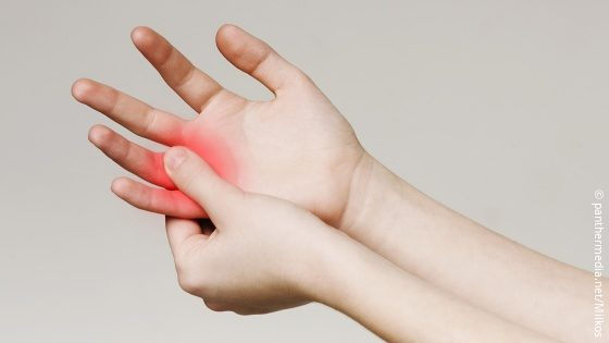 Image: patient with pain in fingers; Copyright: panthermedia.net/Milkos