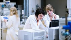 Image: Three young female scientists work together in a laboratory; Copyright: panthermedia.net/Viktor Cap