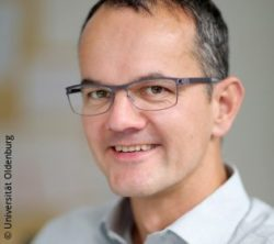 Image: Smiling man with glasses and short, gray-streaked hair - Stefan Debener; Copyright: Universität Oldenburg