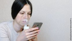 Image: woman with inhaler and smartphone; Copyright: panthermedia.net/familylifestyle
