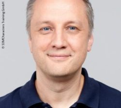 Image: Smiling man with short hait and blue shirt - Dr. Jens-Christian Schwindt; Copyright: SIMCharacters Training GmbH