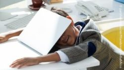Image: little boy falling asleep over his laptop; Copyright: panthermedia.net/WavebreakmediaMicro
