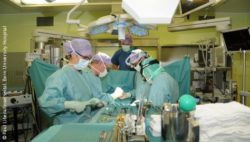 Image: Operating theater during surgery; Copyright: Paul Libera/Inselspital, Bern University Hospital