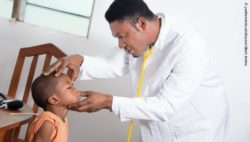 Image: African physician examines a child; Copyright: panthermedia.net/Kouassai Gilbert Ambeu
