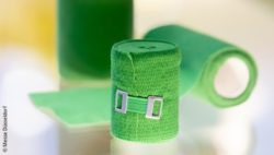 Image: Green bandages in a showcase at MEDICA; Copyright: Messe Düsseldorf