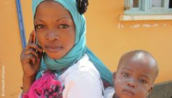 Photo: Mother with child and a mobile phone in Africa; Copyright: mHealth Alliance