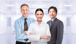 Foto: Three people in front of a lab room