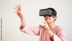 Image: Woman using virtual reality; Copyright: Panthermedia.net/leungchopan