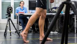Image: In a movement laboratory, a man is wearing sensors on his legs and armst, while walking. During this he is being recorded and observed; Copyright: DAS BILD für ZHAW Gesundheit