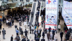 Foto: MEDICA entrance hall North of with videowall and visitors