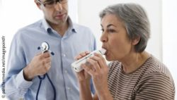 Image: Woman at the physician's doing a lung function test with a small device; Copyright: panthemedia.net/imagepointfr