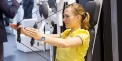 Image: Woman performs an arm exercise on a device; Copyright: Messe Düsseldorf