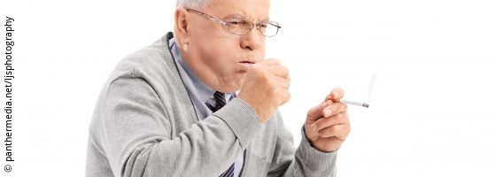 Image: senior coughing man with cigarette; Copyright: panthermedia.net/ljsphotography