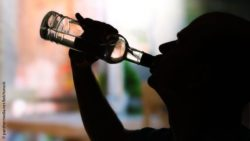 Image: silhouette of a man drinking alcohol from a bottle; Copyright: panthermedia.net/belchonock