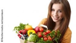 Image: Woman is carrying a bag with vegetables; Copyright: Panthermedia.net/zoomteam