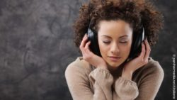 Image: young woman listening to music via head phones; Copyright: panthermedia.net/stokkete