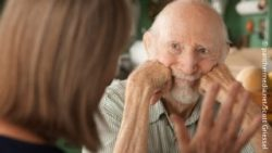 Image: elderly man listening to a woman; Copyright: panthermedia.net/Scott Griessel