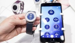Image: smartphone and smartwatch with medical data