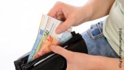 Image: person is taking Swiss francs out of a wallet; Copyright: panthermedia.net/PeJo