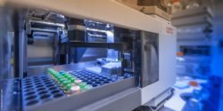 Image: View into a device that automatically processes laboratory samples; Copyright: PantherMedia/Sonar